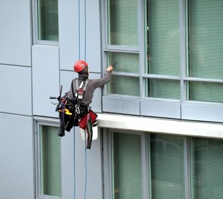 מדריך לניקוי חלונות בגובה